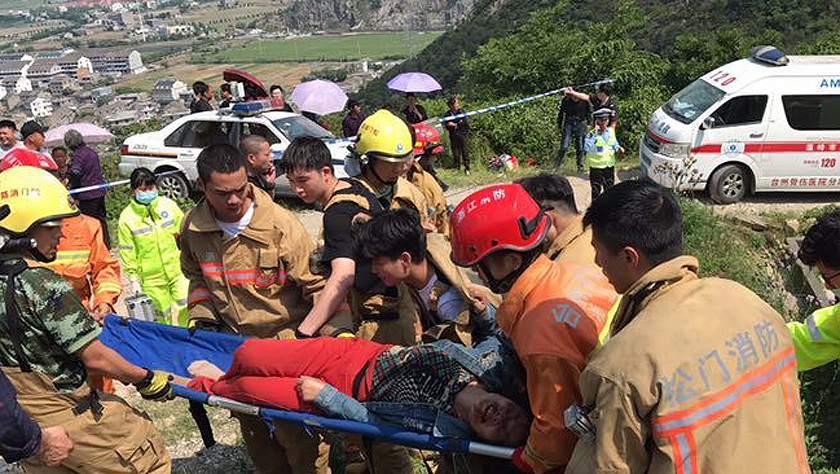 浙江温岭一农用车侧翻致12死11伤