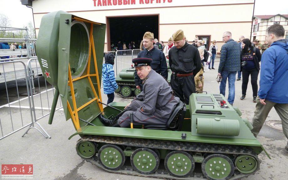 """车体前部连同""""炮塔""""都能向前开启,里面除了一名成人驾驶员外,还能坐进一个儿童。"""