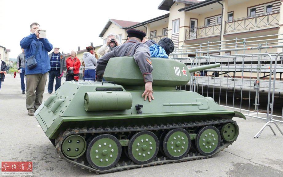 """这些""""迷你T-34坦克""""其实是模仿T-34坦克外形的电动坦克,虽然比例上很像娱乐用的儿童车,但履带机构还是有忠实还原的。"""