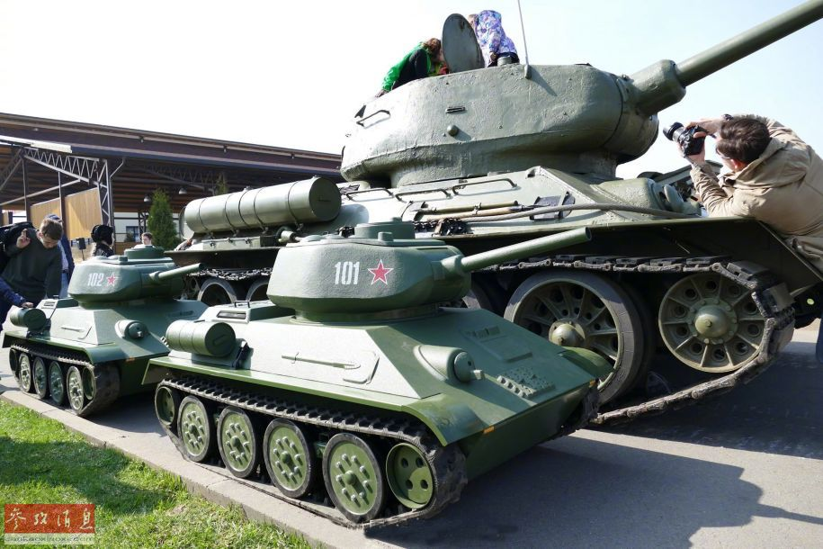 """当地时间5月9日,俄罗斯在首都莫斯科红场举行庆祝卫国战争胜利74周年阅兵式。除莫斯科外,俄国内各地也有举行类似的庆祝活动,形式也十分丰富,例如组图中的这些""""迷你T-34坦克"""",是专供儿童乘坐的,与T-34""""本尊""""一同展示,颇有""""祖孙同堂""""的节奏。23"""