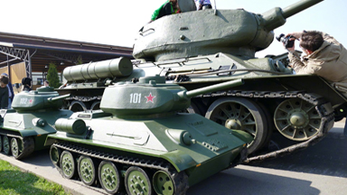 """祖孙同堂!俄儿童试乘""""迷你T-34""""坦克"""