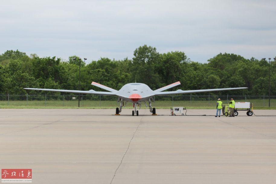 """近日,由美国波音公司研发的MQ-25""""黄貂鱼""""无人舰载加油机,已运抵位于与伊利诺伊州斯科特空军基地相连的圣路易斯机场,开始进行一系列地面测试工作,为首次试飞做好准备。14"""