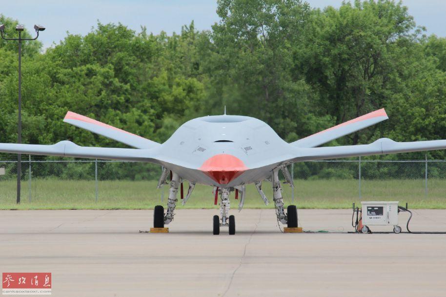 正面拍摄的MQ-25无人机特写照,可见采用了V形垂尾设计,主翼上的两个鼓包是折叠机构。