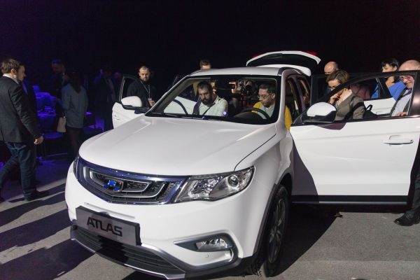 在俄罗斯首都莫斯科,人们体验吉利汽车旗下SUV车型Atlas。