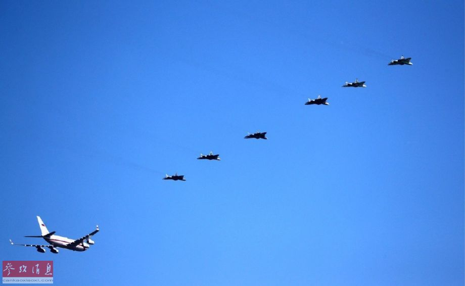 据俄罗斯卫星通讯社5月14日报道,俄罗斯总统普京当日视察位于阿赫图宾斯克的俄国防部国家试飞中心,观看俄军最新航空技术成果展示。在欢迎仪式上,俄空天军罕见出动6架苏-57隐身战机组成编队为总统专机护航,场面颇为壮观。11