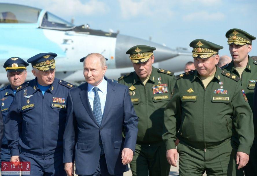 俄总统普京在俄军高官陪同下,视察俄国家试飞中心。