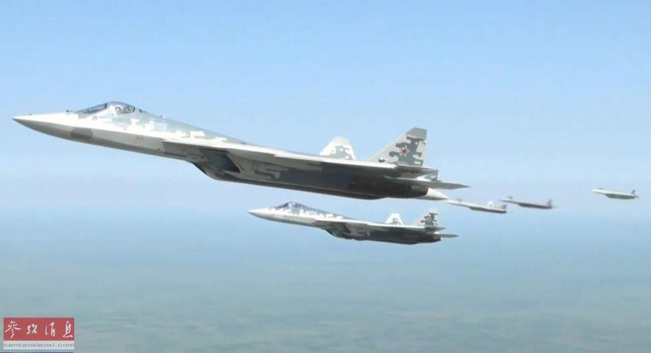 从俄总统专机上拍摄的苏-57隐身战机护航编队特写照,图中可见5架苏-57。据称6架护航的苏-57中,至少有2架是试生产型,与先前原型机的规格有所不同。