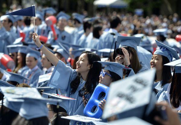 几名来自中国的国际学生在哥伦比亚大学毕业典礼上(新华社)