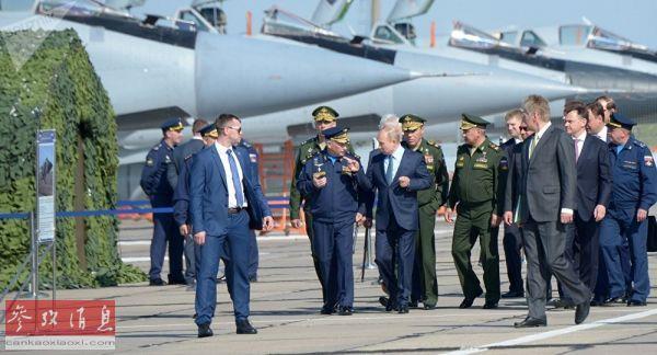 """普京视察装备""""匕首""""高超音速导弹的米格-31机群。(俄罗斯卫星通讯社网站)"""
