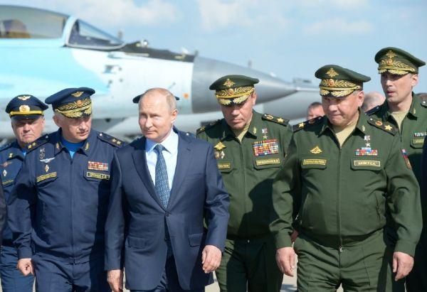 3 俄总统普京在俄军高官陪同下,视察俄国家试飞中心。