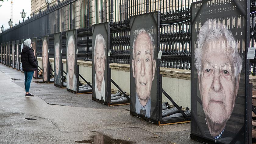 """""""我们不会遗忘?#20493;?#25112;纳粹大屠杀幸存者肖像摄影展在维也纳街头展出"""