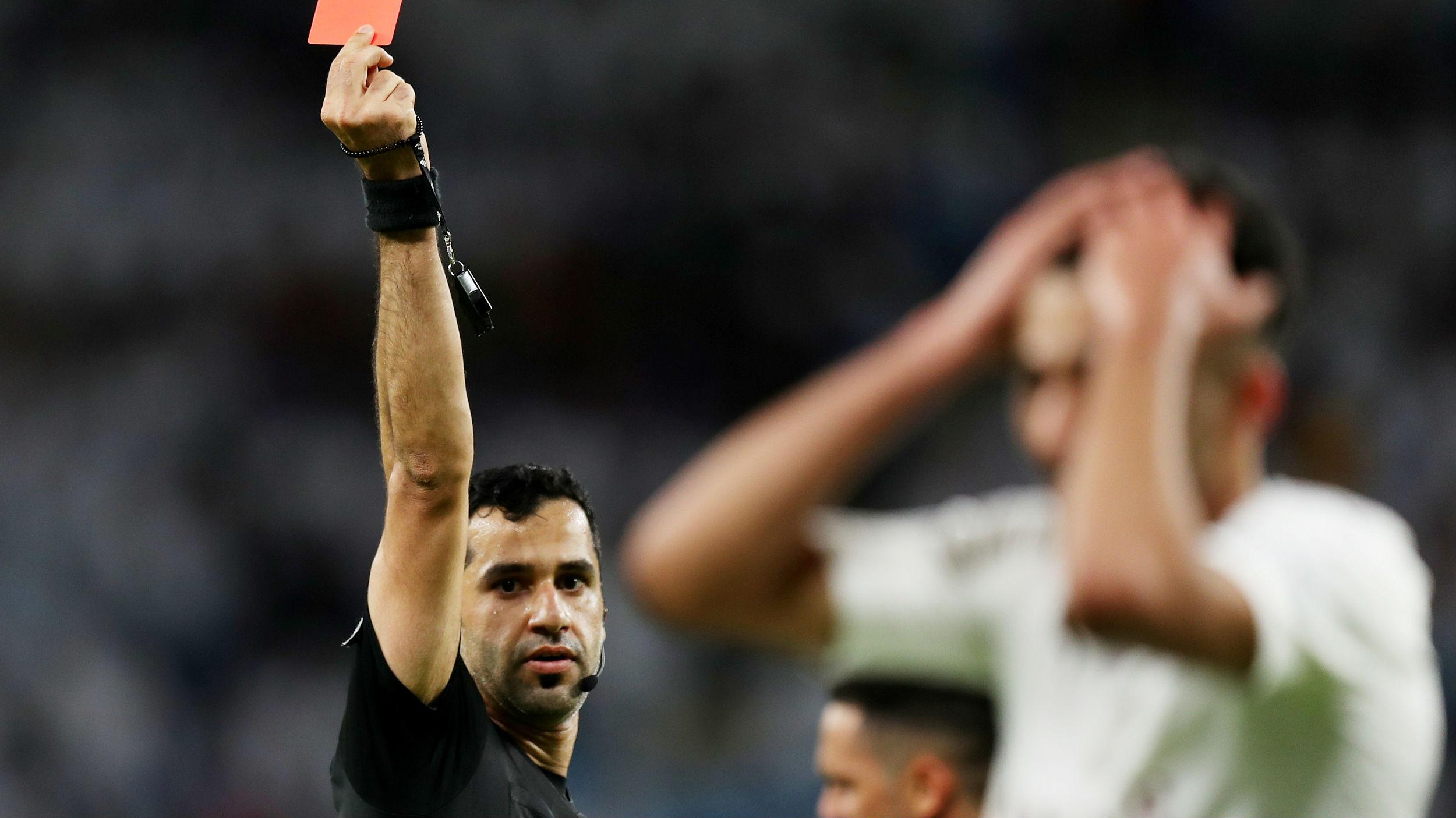 死亡威胁、肢体暴力、言语辱骂 足球裁判屡遭侵犯为哪般