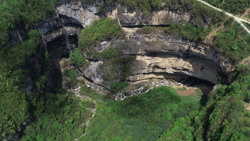 垂直总高340米 探秘中国西北部的神秘天坑