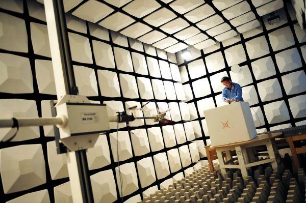 在华为公司深圳总部的技术研发实验室,研发人员正在为产品板级天线性能测试做准备工作