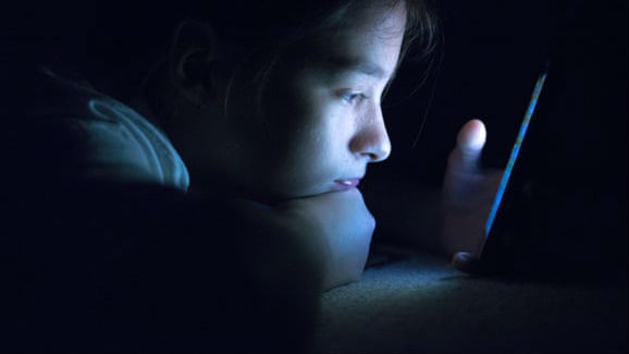 减少孩子看手机有助于睡眠? 科学家的答案在这里