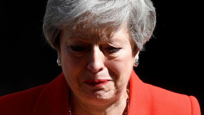 英国首相梅含泪宣布辞职 外媒:继任者脱欧或更果决