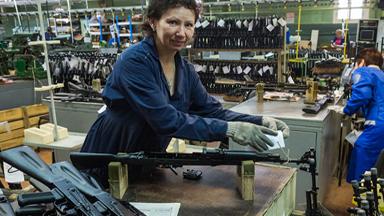 大媽手工組裝!看俄AK步槍工廠如何造槍
