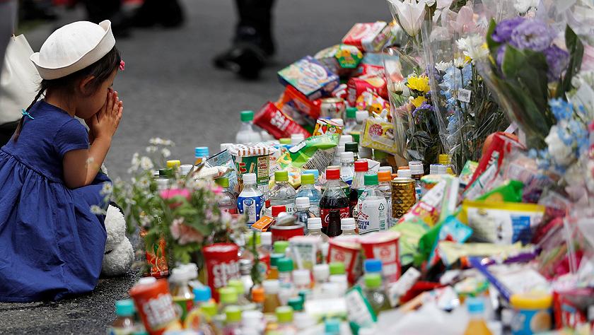 日本民众悼念持刀伤人事件遇难者