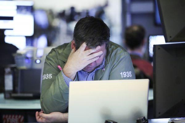 交易员在美国纽约证券交易所工作。