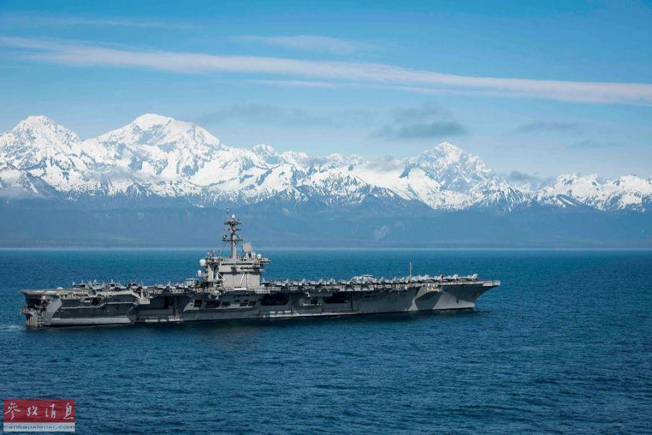 """近日,美海军""""罗斯福""""号(CVN-71)核动力航母参与了在阿拉斯加州沿岸举行的大型海空联演。除""""罗斯福""""号航母外,还有5艘战舰以及来自埃尔门多夫空军基地的美空军战机参演,总计250架军机及超过1万名官兵参与,颇有备战北极圈的节奏。26"""