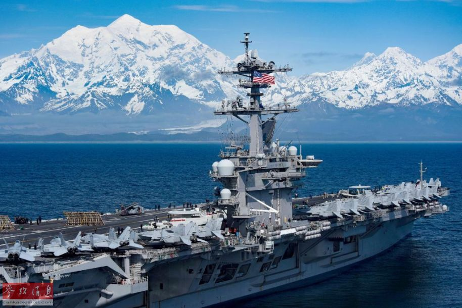 """""""罗斯福""""号近距航拍图,可见甲板上停放的舰载机群。"""