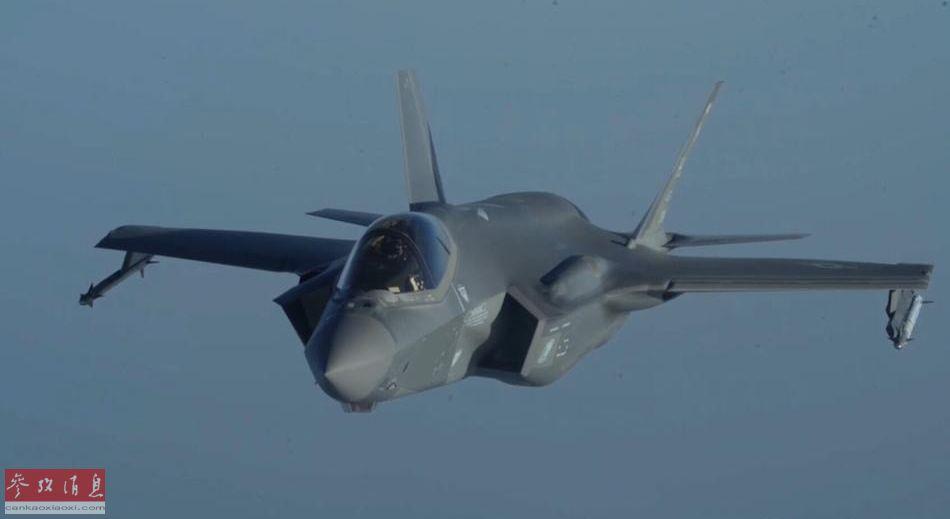 """参加联合巡航的美军F-35A,翼下外挂有2枚""""响尾蛇""""近距格斗导弹。"""
