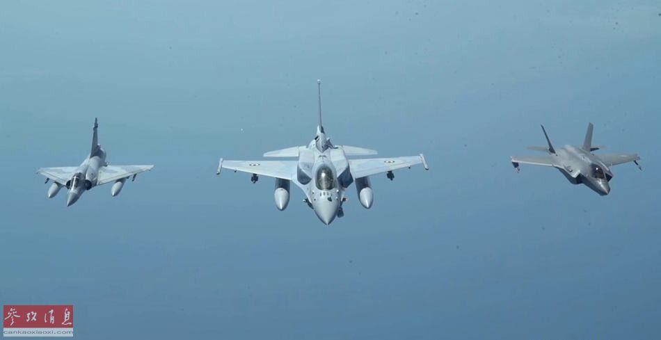 """阿联酋空军F-16E""""沙漠隼""""(中)、""""幻影""""2000-9(图左)与美军F-35A隐身战机(图右)编队飞行。"""