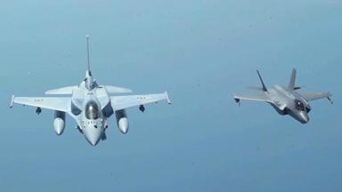 联合威慑!美F-35与盟军F-16巡航波斯湾