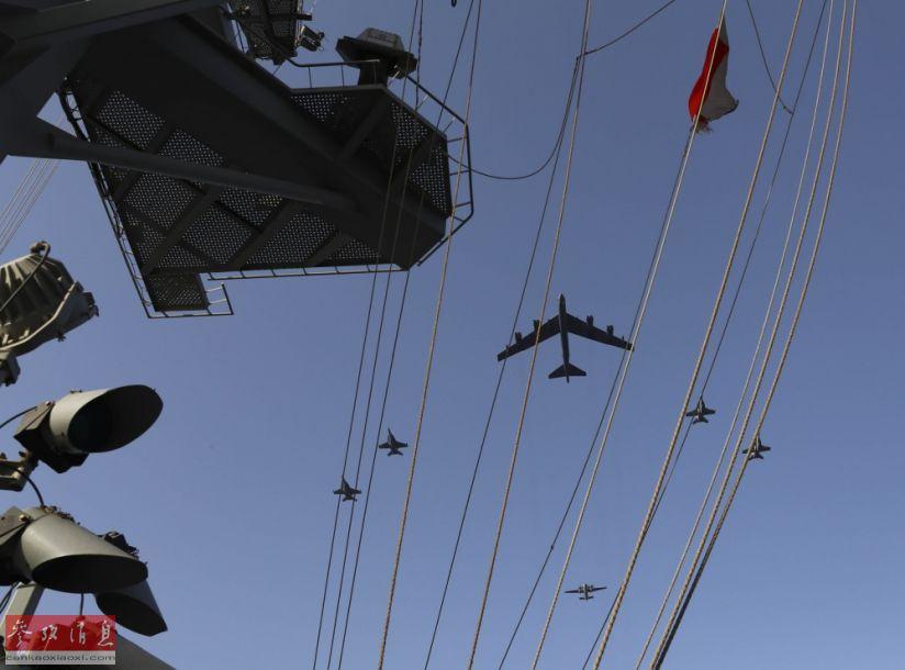 """6月1日,美空军一架B-52H战略轰炸机与美海军""""林肯""""号(CVN-72)航母派出的舰载机组成联合编队,从航母打击群上空飞过,炫耀武力。当天,这架B-52H与""""林肯""""号打击群一同进行了""""模拟联合打击""""联演,针对伊朗意味明显。图为从航母甲板上拍摄的B-52H轰炸机编队飞越航母瞬间。20"""