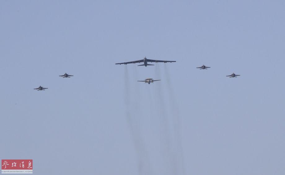 """B-52轰炸机与""""林肯""""号航母派出的F/A-18""""大黄蜂""""战机、E-2C预警机一同组成联合编队。"""