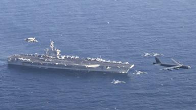 炫耀武力!美B-52飛越航母模擬攻擊伊朗