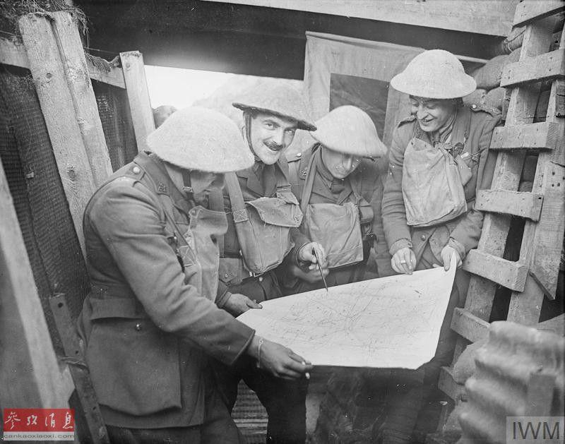 近日,网上放出一组1918年2月(一战时期),英国军队在法国康布雷地区堑壕中休整的照片。图为英军士兵在堑壕中查看作战地图。17
