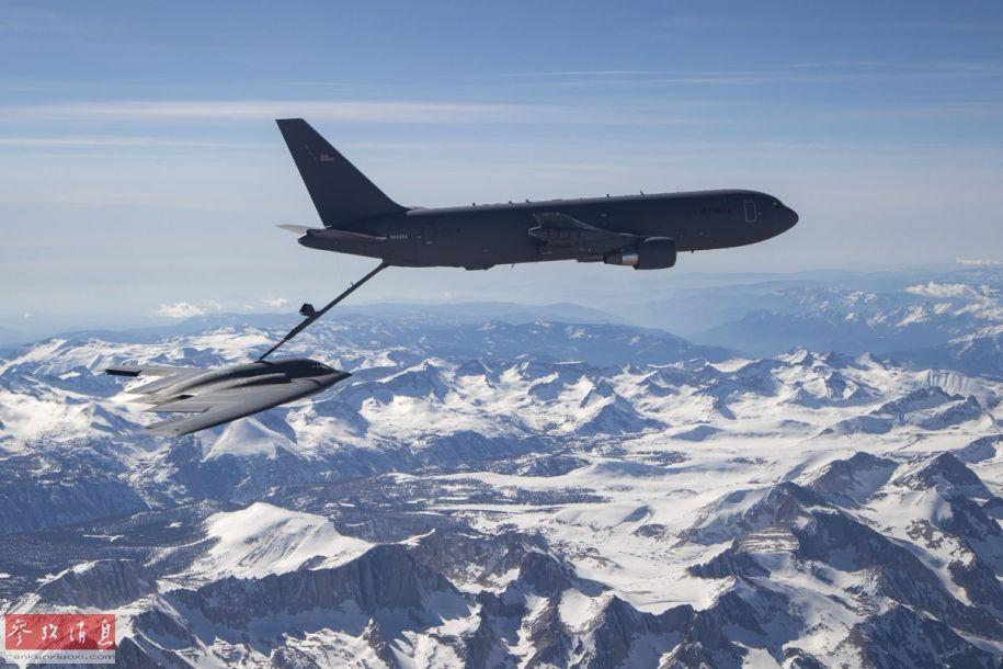 """日前,由美国波音公司制造的KC-46A""""飞马""""加油机完成了首次为B-2隐身轰炸机空中加油的测试,美军表示这对KC-46A具有里程碑式的意义。图为KC-46为B-2空中加油。14"""