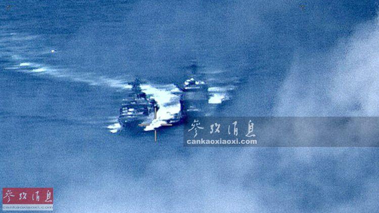 """6月7日上午11时45分,美海军""""钱瑟勒斯维尔""""号导弹巡洋舰,在太平洋海域与俄海军""""维诺格拉多夫海军上将""""号反潜驱逐舰险些发生碰撞事故,但此次事件并非是美俄战舰首次""""海上碰瓷""""。图中可见俄美军舰距离极近,俄舰(左)留下明显白色航迹。11"""