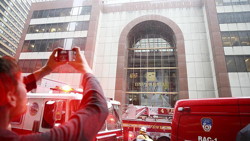 一直升機在紐約曼哈頓一大廈樓頂墜毀 飛行員喪生