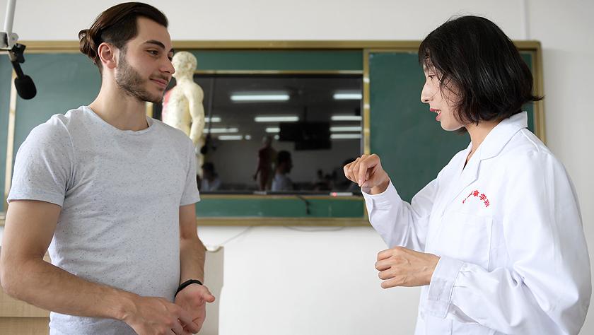 留學生卓尼:我在中國學針灸