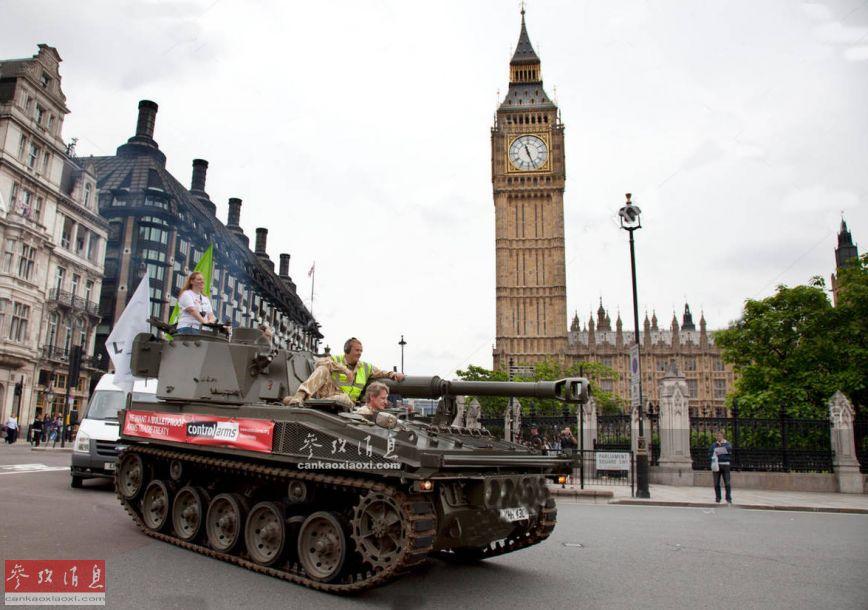 """近日,一位名叫乔什·皮尔特斯的英国网红租借了一辆FV433型""""院长""""自行火炮,在伦敦街道上招摇过市,颇为抢眼。图为从英国伦敦地标""""大本钟""""附近试过的FV433自行火炮。5"""