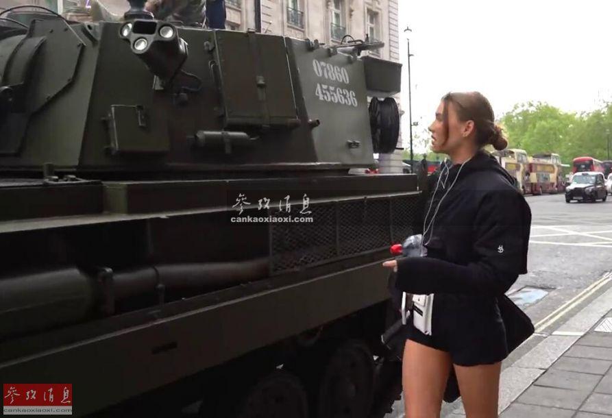 网约车女用户初次看到自行火炮上街,一脸懵圈。