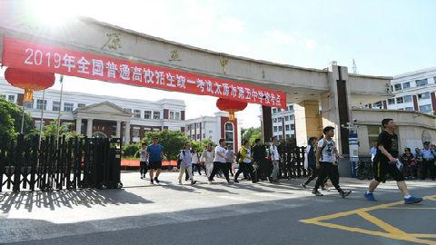 港媒:美国老师挑战中国高考数学题 苦思冥想后仍被难倒