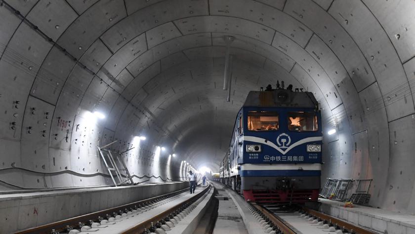 """百年""""筑梦""""的荣光——写在京张高铁全线轨道贯通之际"""