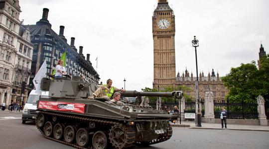 开自行火炮上街!英网红开战车伦敦载客