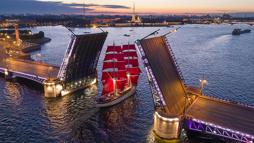 圣彼得堡涅瓦河上的紅色帆船