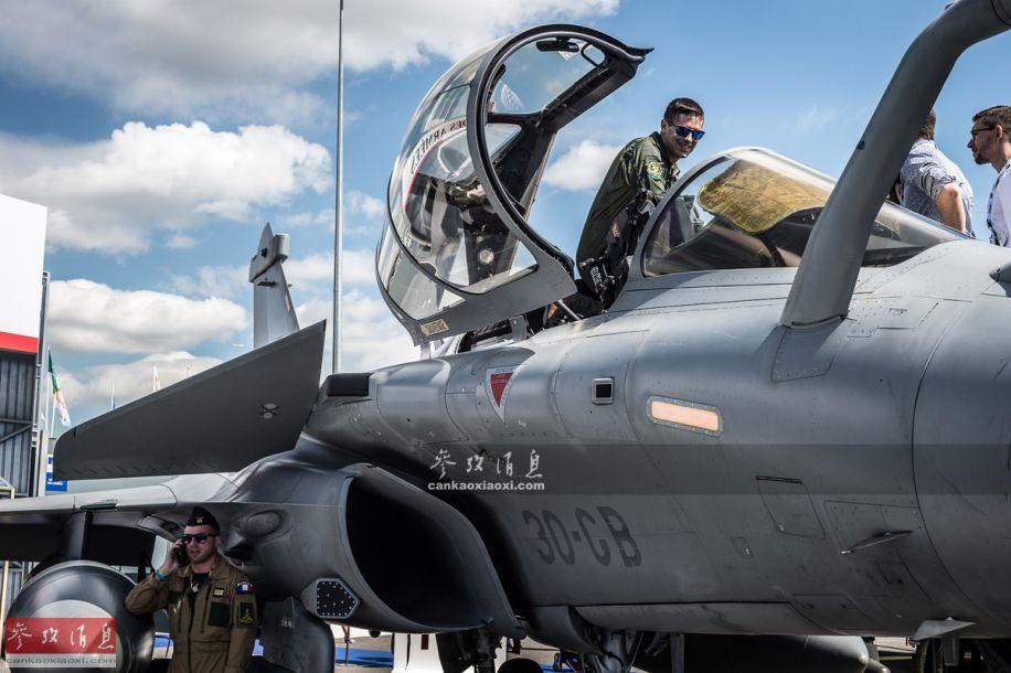 """""""阵风""""B前机身局部特写,可见高翘状态的鸭翼,以及进气道附近的雷达告警接收机(RWR)。"""