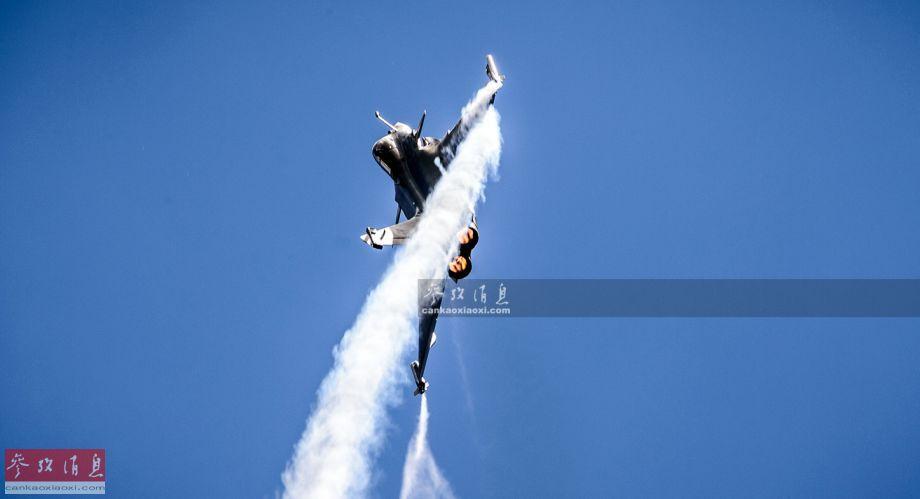 """6月17日,第53届巴黎-布尔歇国际航空航天展览会正式开幕,作为法空军的""""当家花旦"""",""""阵风""""战机在当天献上了精彩的飞行表演,其中不乏多个颇具视觉冲击力的动作。本图集由热心军迷宋彦延独家供图,在此鸣谢。47"""
