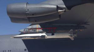 竞逐前沿技术!美轰炸机测试挂载高超音速导弹
