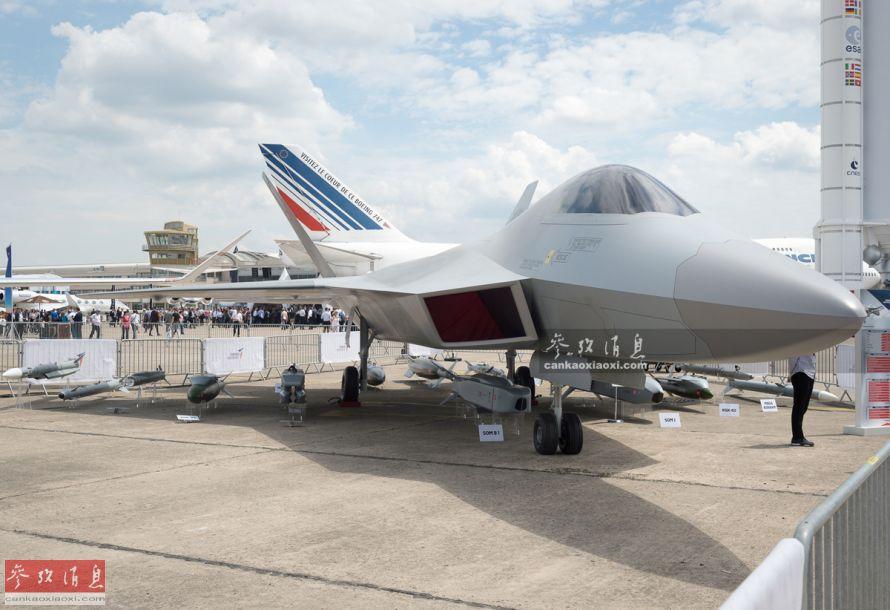 """6月17日,第53届巴黎-布尔歇国际航空航天展览会正式开幕。本届航展上的亮点除法德联研的六代机FCAS外,另一大亮点就是土耳其首次展出的国产TF-X隐身战机了,但其外形颇有""""山寨版F-22""""的节奏。本图集现场图片由热心军迷宋彦延独家供图,在此鸣谢。44"""