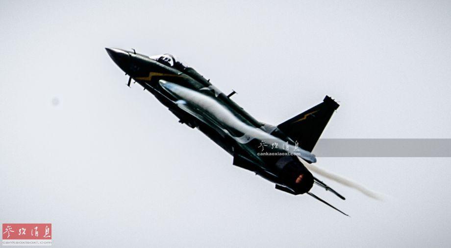 """除众多欧美战机外,巴基斯坦空军JF-17""""雷电""""(""""枭龙""""出口型)战机也在巴黎航展上精彩献艺。本图集现场图片由热心军迷宋彦延独家供图,在此鸣谢。图为巴空军JF-17高速爬升。41"""
