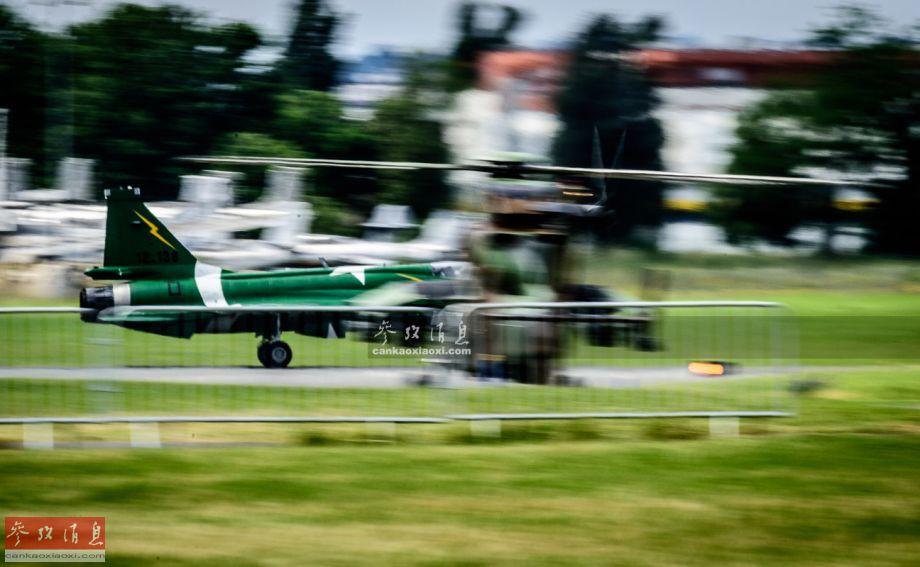 """巴基斯坦空军JF-17战机与法军""""虎""""式武直同框瞬间。"""