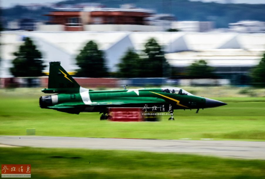 """巴基斯坦空军JF-17""""雷电""""战机高速滑跑,准备起飞表演。"""