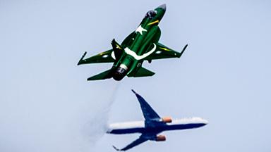 """""""枭龙""""在天!巴基斯坦JF-17献艺巴黎"""